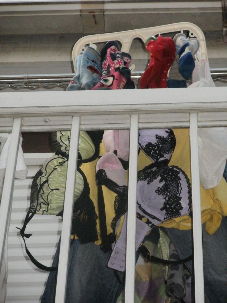 若い素人妻が暮らすベランダに干された洗濯物のブラやパンティーの下着エロ画像 2623