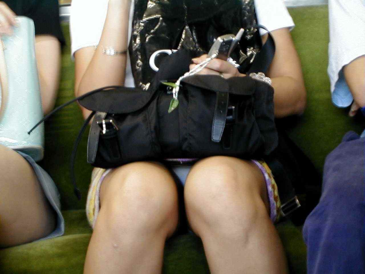 電車内で秘密のトライアングルに捉えた素人のいやらしいパンチラエロ画像 2648