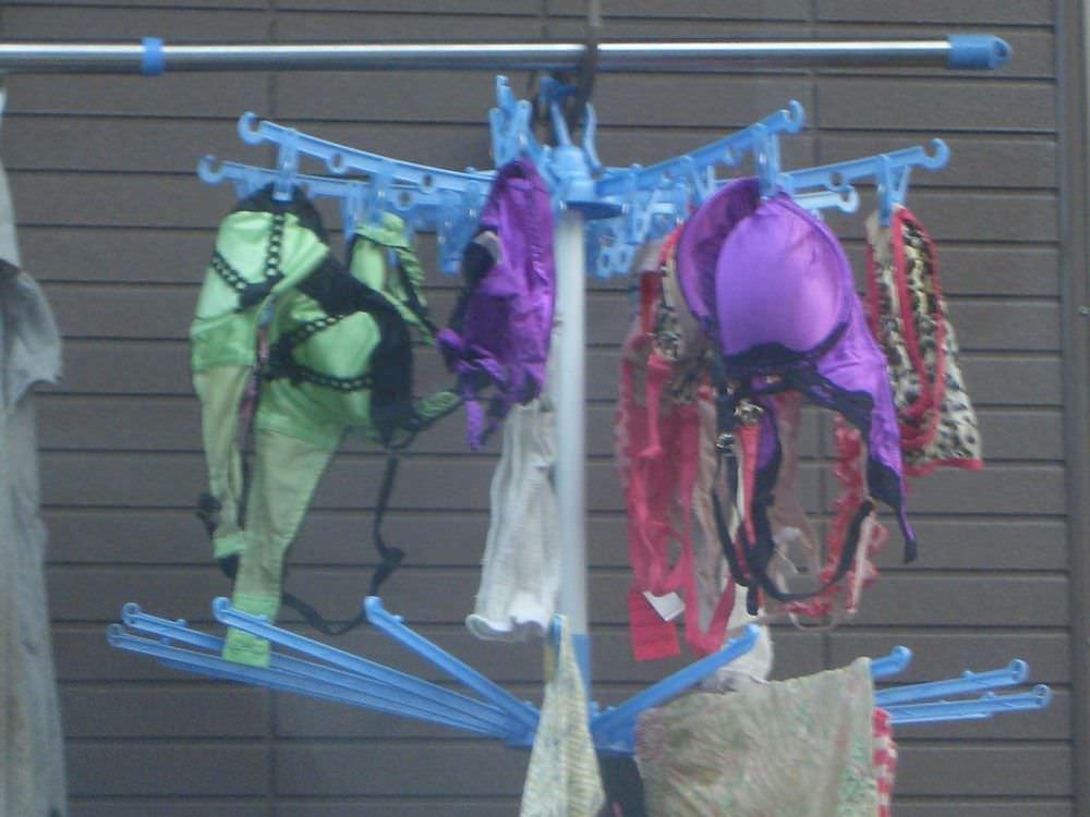 若い素人妻が暮らすベランダに干された洗濯物のブラやパンティーの下着エロ画像 2720
