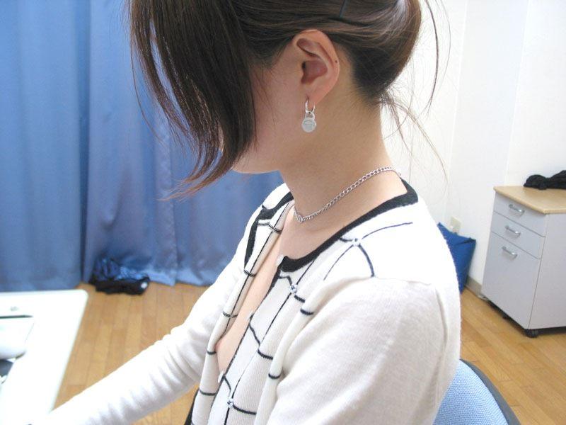 素人の乳首見えちゃってる胸チラのエロさは異常wwwwwエロ画像 2727