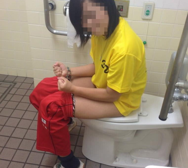 トイレでオシッコしてる素人の女の子が無防備でめっちゃ可愛いエロ画像 2734