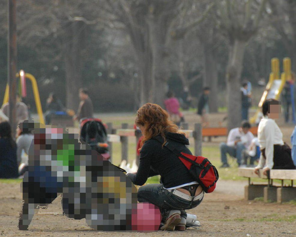 子持ち人妻の使い込まれたまんこを隠すパンチラ画像 2812