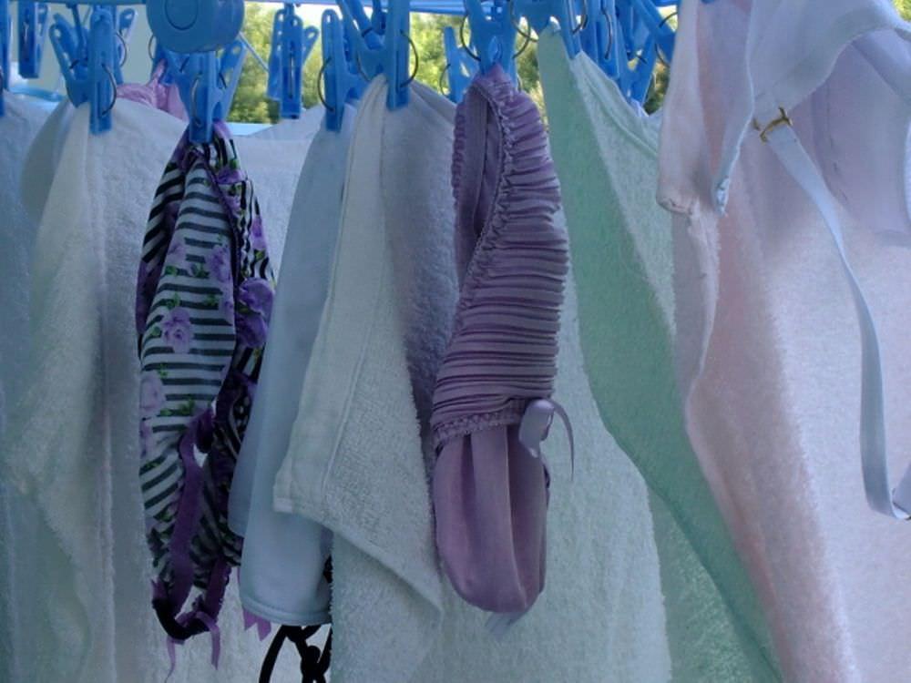 若い素人妻が暮らすベランダに干された洗濯物のブラやパンティーの下着エロ画像 2916