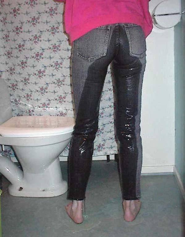我慢出来ずにトイレに行く前にお漏らししちゃった失禁エロ画像 2929