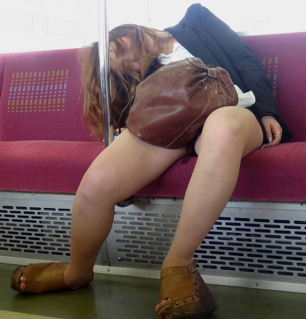 電車内で秘密のトライアングルに捉えた素人のいやらしいパンチラエロ画像 2933
