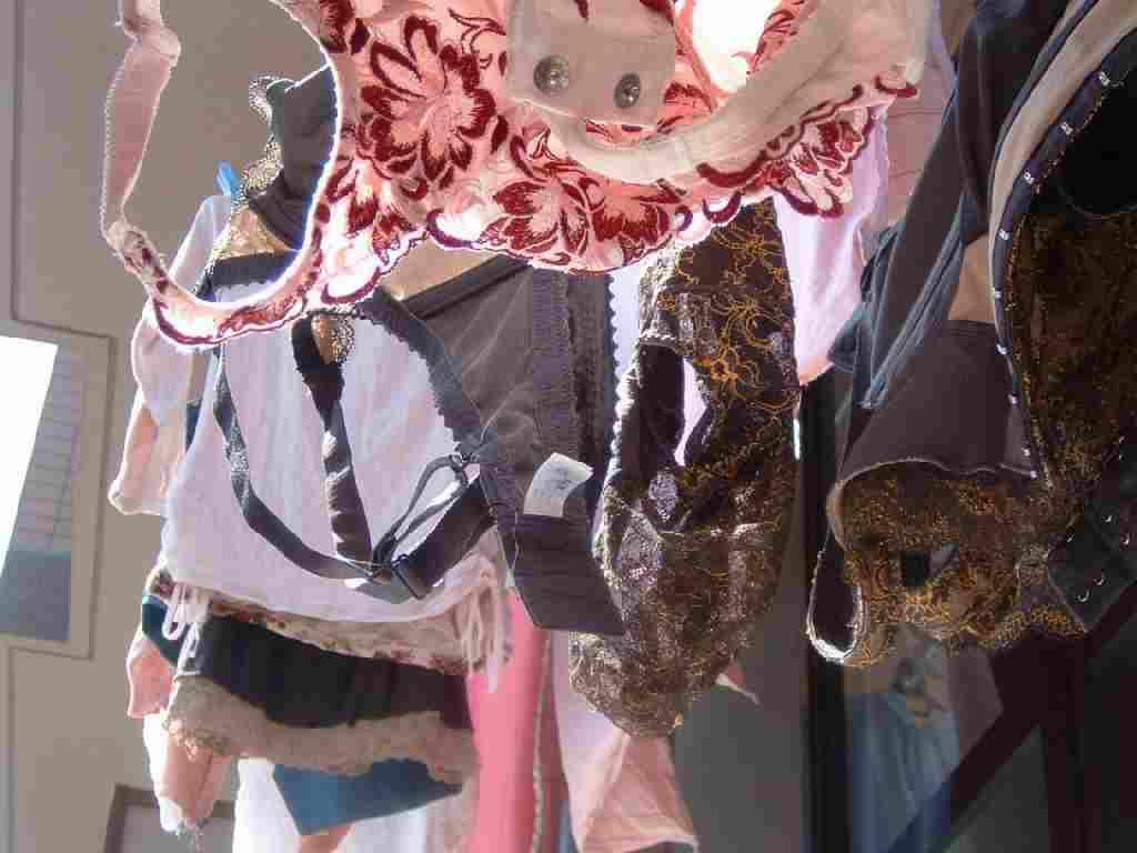 若い素人妻が暮らすベランダに干された洗濯物のブラやパンティーの下着エロ画像 3010