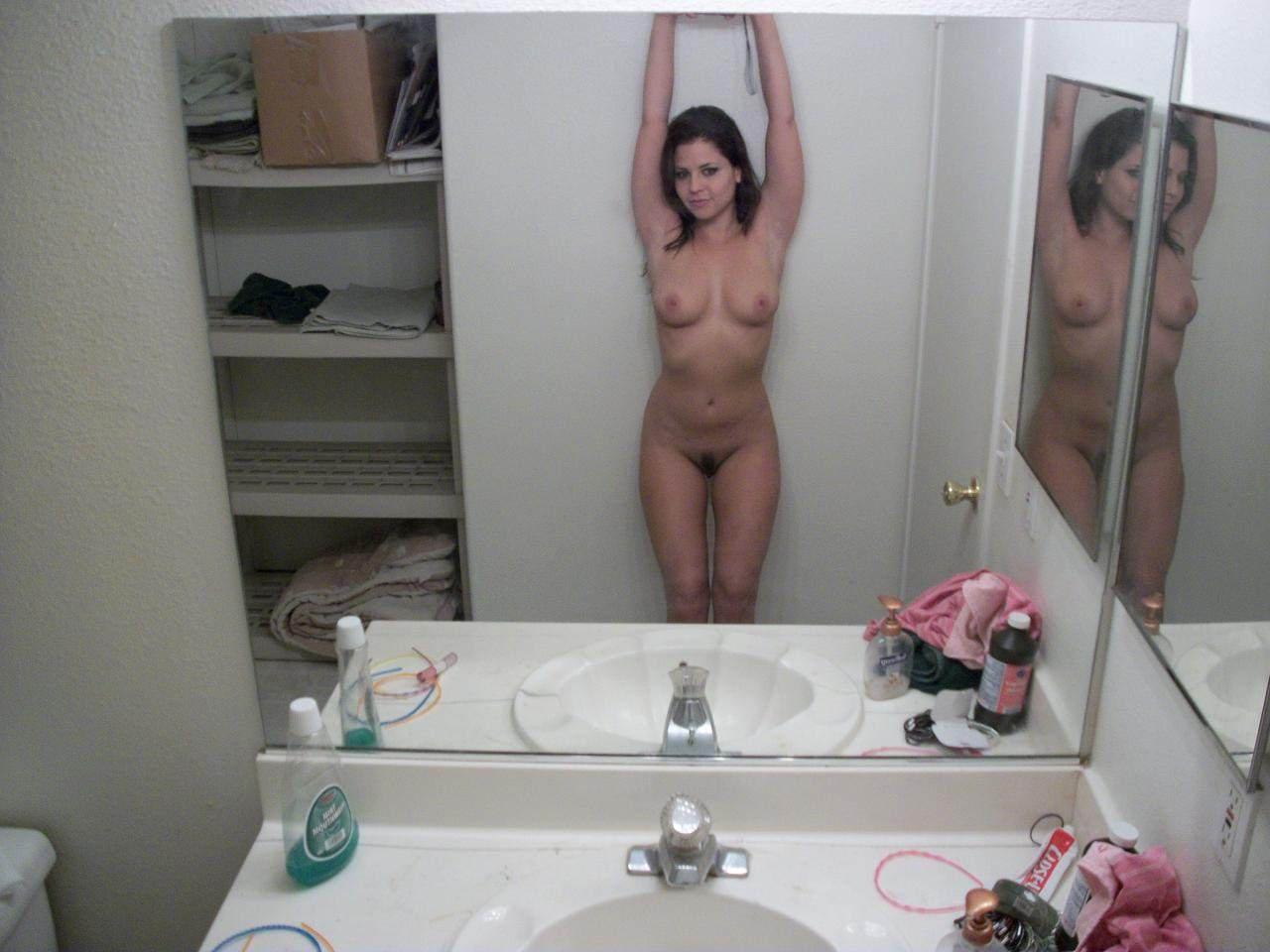 パイパンまんこのオールヌードを撮影する海外素人美女の自画撮りエロ画像 304