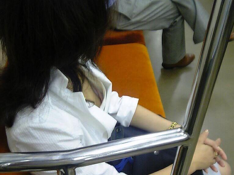 電車内で素人の胸チラとかマジ興奮するでwwwwこっそり隠し撮りたまらん!!エロ画像 309