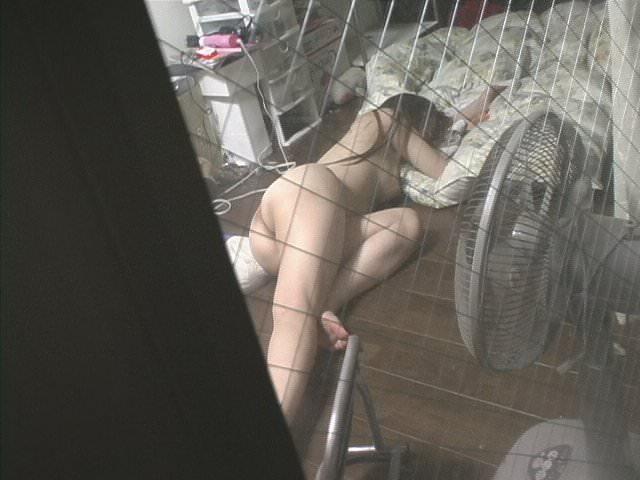 近所に住む女子大生の部屋やお風呂を隠し撮りしたエロ画像 314