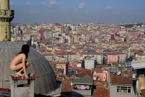 ド変態な露出狂女を遠目から撮影した素人エロ画像 3140