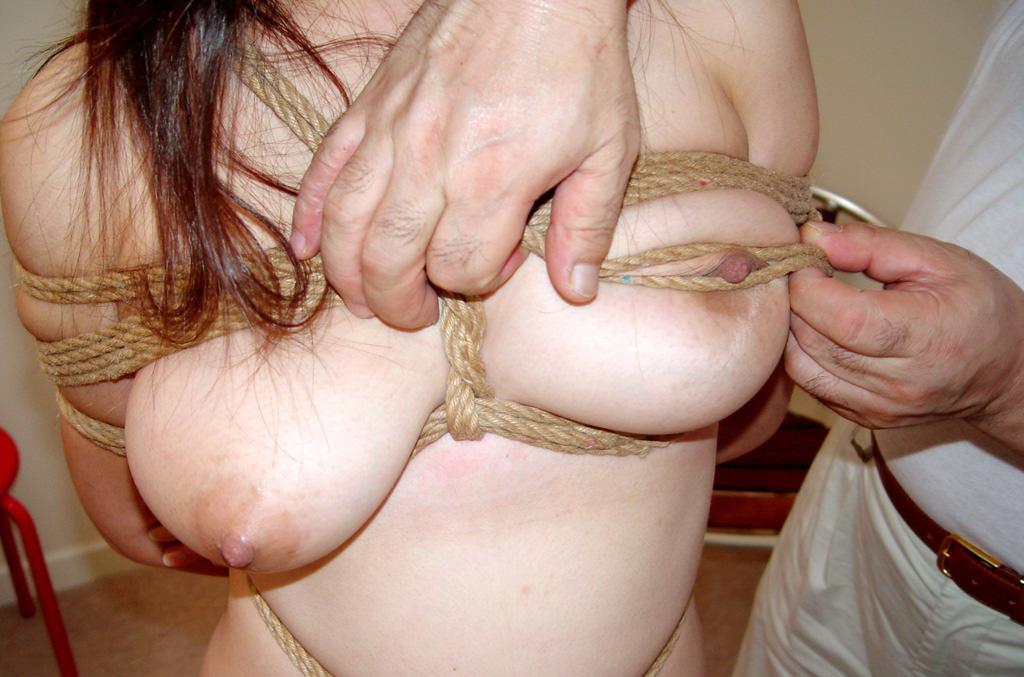緊縛されて身動き取れない素人娘がエッチなイタズラされちゃうwwwwSMエロ画像 3147
