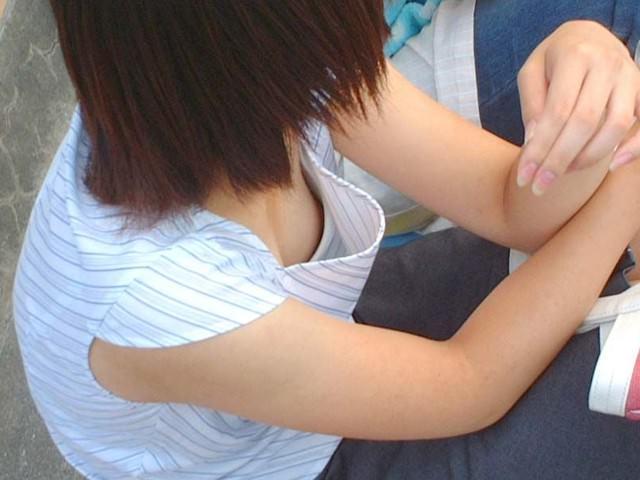 素人の乳首見えちゃってる胸チラのエロさは異常wwwwwエロ画像 3313
