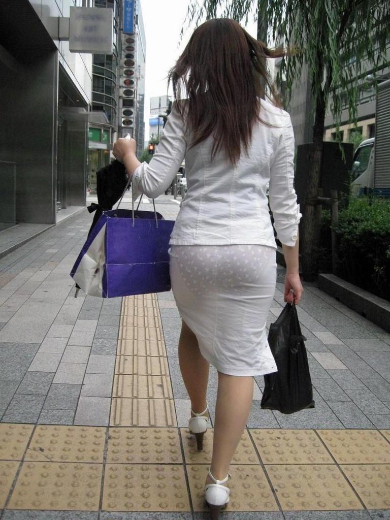 おパンティー透け透けのセクシーギャルを街撮りした透けパンチラエロ画像 34