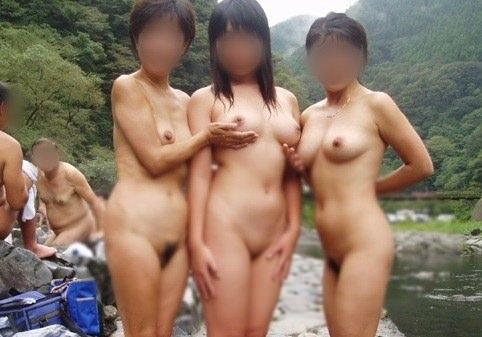 友達と来た温泉で悪ノリ記念撮影しちゃってる素人娘の露出エロ画像 344