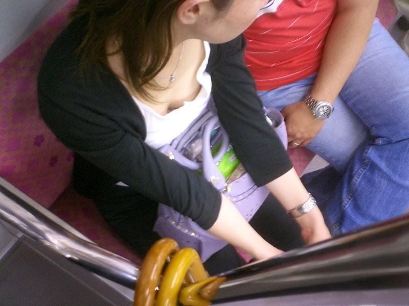 電車内で素人の胸チラとかマジ興奮するでwwwwこっそり隠し撮りたまらん!!エロ画像 3510