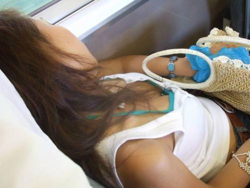 電車内で素人の胸チラとかマジ興奮するでwwwwこっそり隠し撮りたまらん!!エロ画像 365