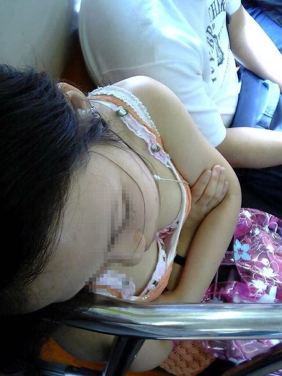 電車内で素人の胸チラとかマジ興奮するでwwwwこっそり隠し撮りたまらん!!エロ画像 366