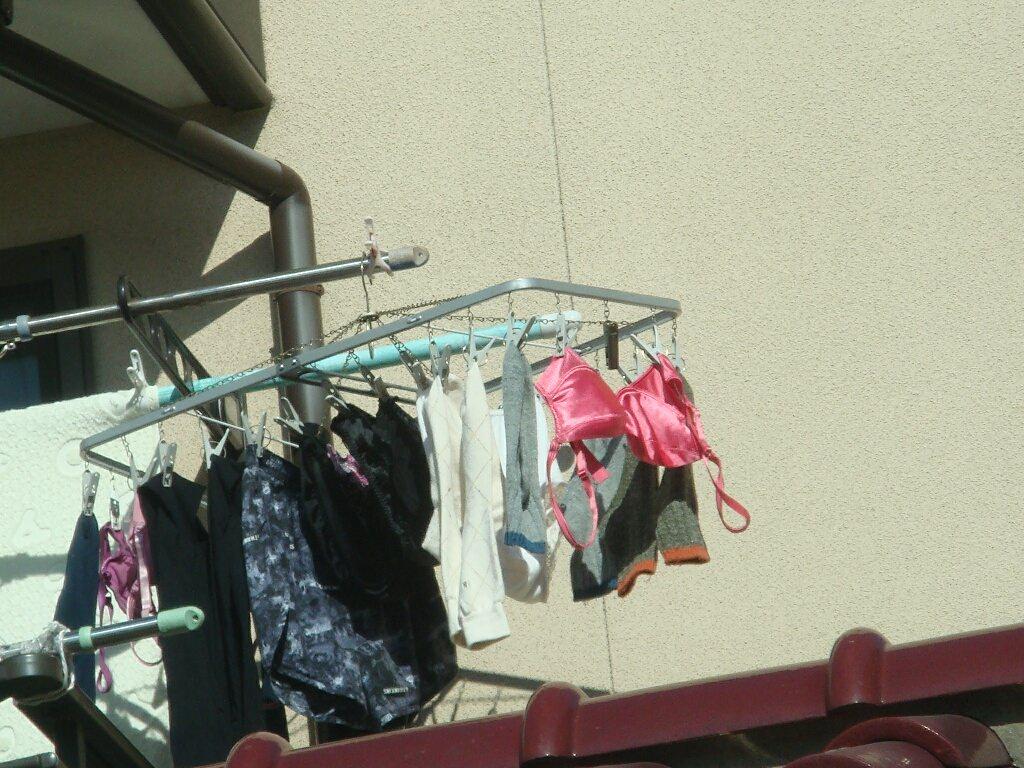 若い素人妻が暮らすベランダに干された洗濯物のブラやパンティーの下着エロ画像 368