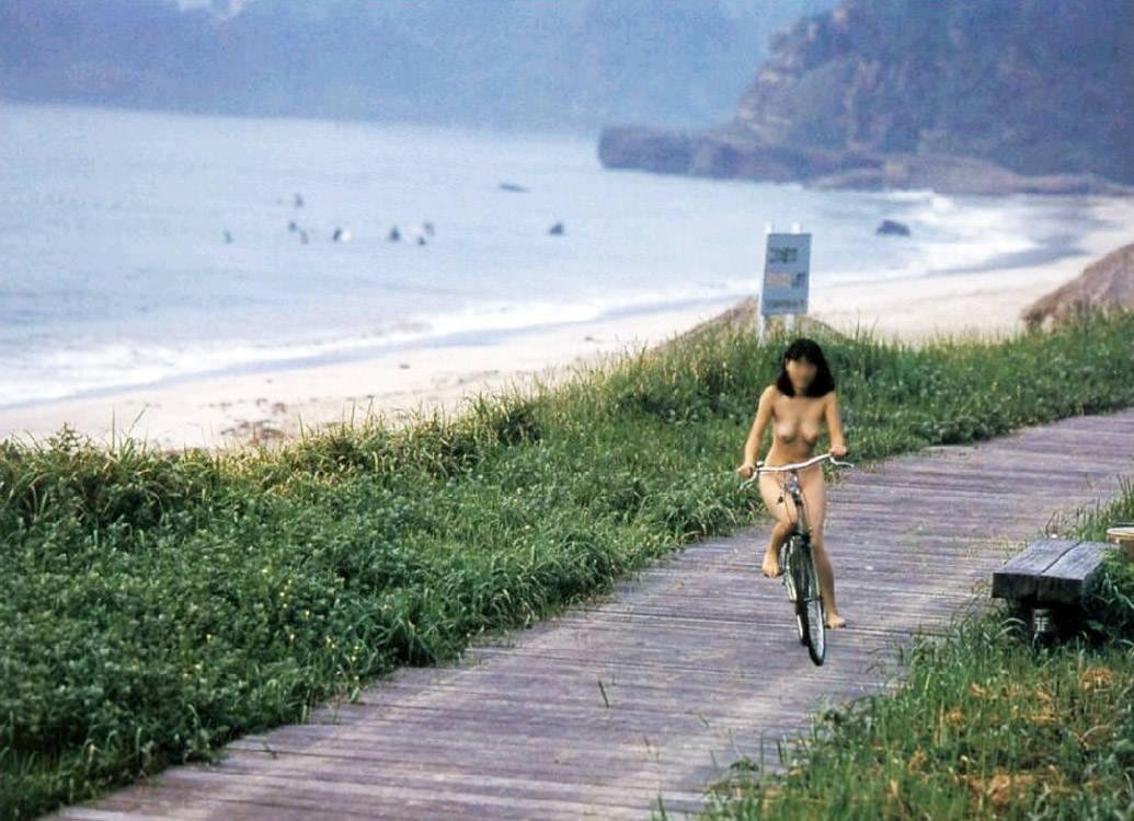 全裸で自転車漕いでるwwww爽快感を味う素人の露出狂女のエロ画像 378