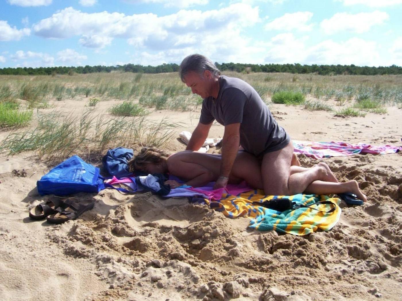 周りの目とか関係なくビーチで青姦野外セックスしちゃってる外人達の素人エロ画像 4101