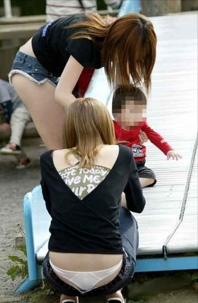 子持ち人妻の使い込まれたまんこを隠すパンチラ画像 431