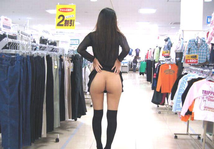 通報されるリスクを背負っても辞められないスーパーで露出する変態素人女のエロ画像 437