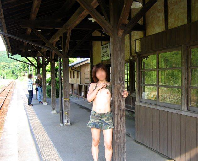 素人の鉄子が露出性癖を発症した結果 → 駅のホームですっぽんぽんワロタwwwwwエロ画像 449
