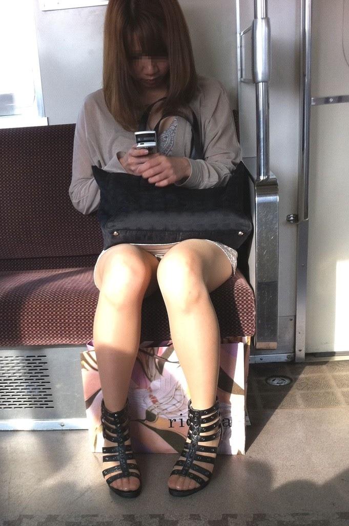 電車内で秘密のトライアングルに捉えた素人のいやらしいパンチラエロ画像 5118