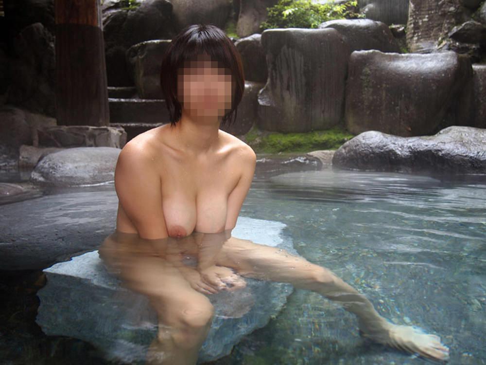 友達と来た温泉で悪ノリ記念撮影しちゃってる素人娘の露出エロ画像 532
