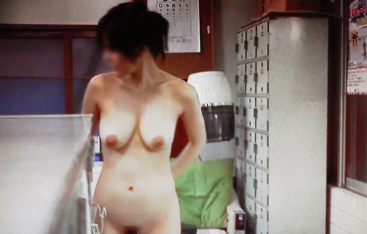 脱衣所でお着替え中の素人女子wwwwwナイス隠し撮りwwwwwエロ画像 546