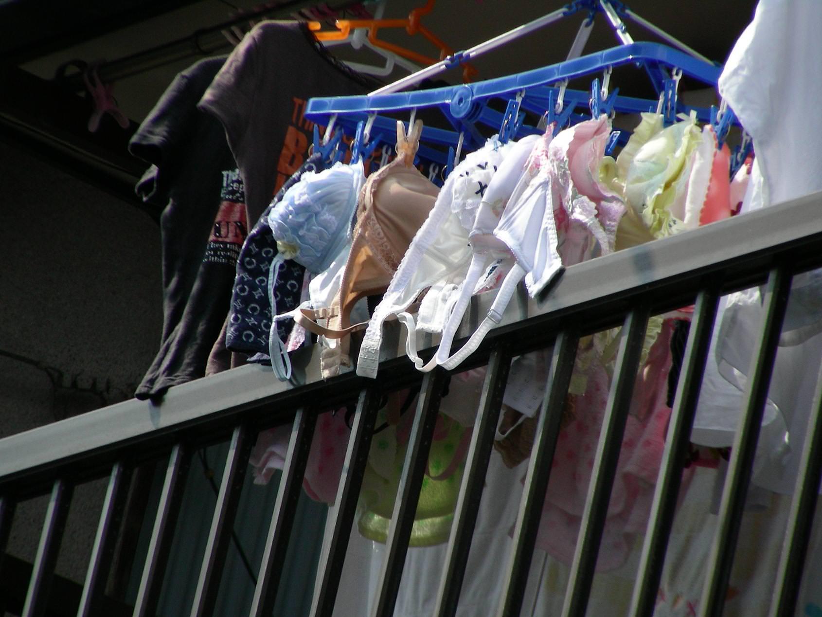 若い素人妻が暮らすベランダに干された洗濯物のブラやパンティーの下着エロ画像 554