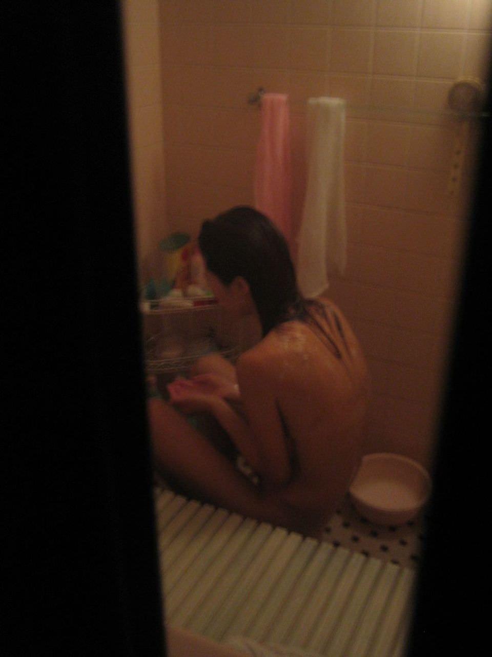 近所に住む女子大生の部屋やお風呂を隠し撮りしたエロ画像 56