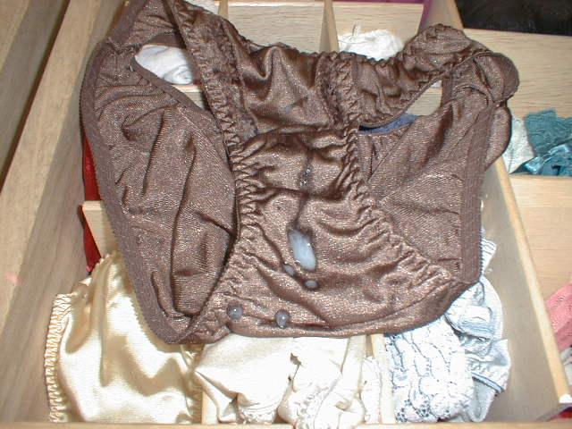 好きな女子のパンツ盗んでオナニーしてぶっかけるの気持ち良すぎる素人エロ画像 630