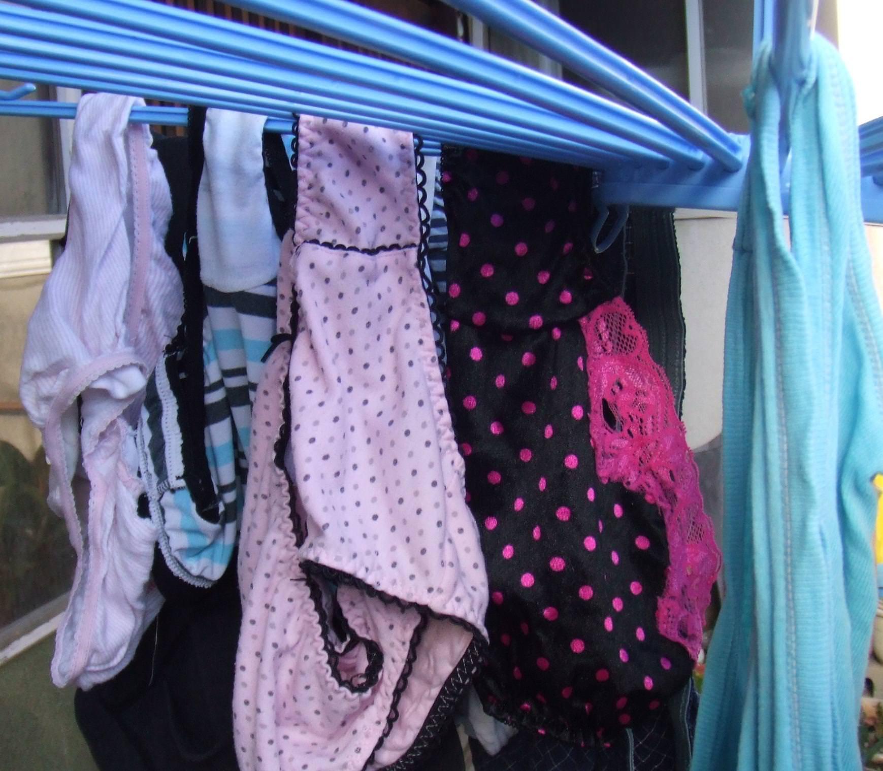 若い素人妻が暮らすベランダに干された洗濯物のブラやパンティーの下着エロ画像 654