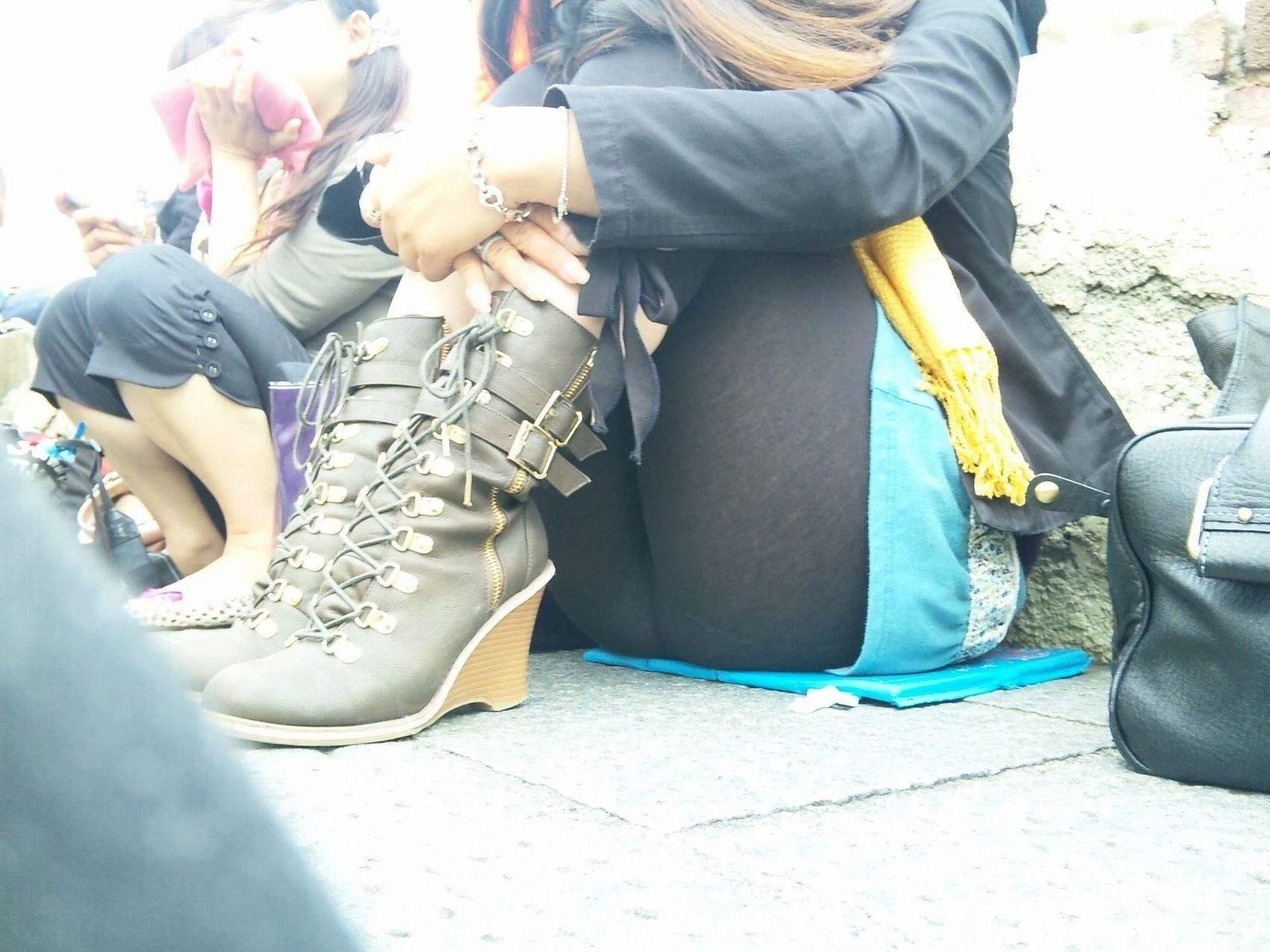 レギンスに透けるパンチラでチンコに手が伸びる素人街撮りエロ画像 679