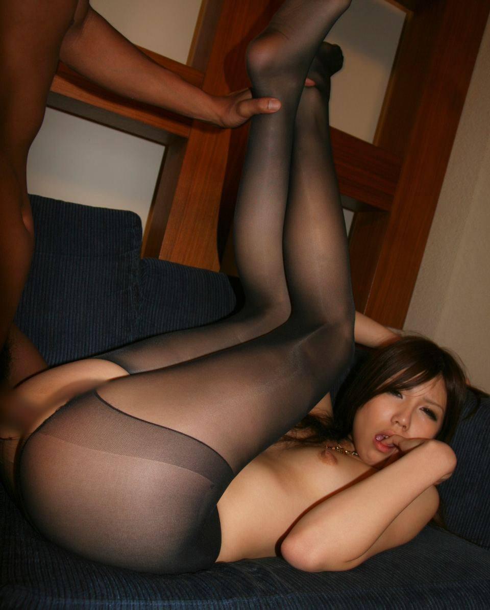 女の両足持ち上げて結合部丸見えセックスしてるハメ撮りエロ画像 680