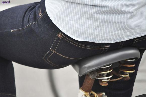 サドルを圧迫してる素人のお尻がエロい街撮りエロ画像 7102