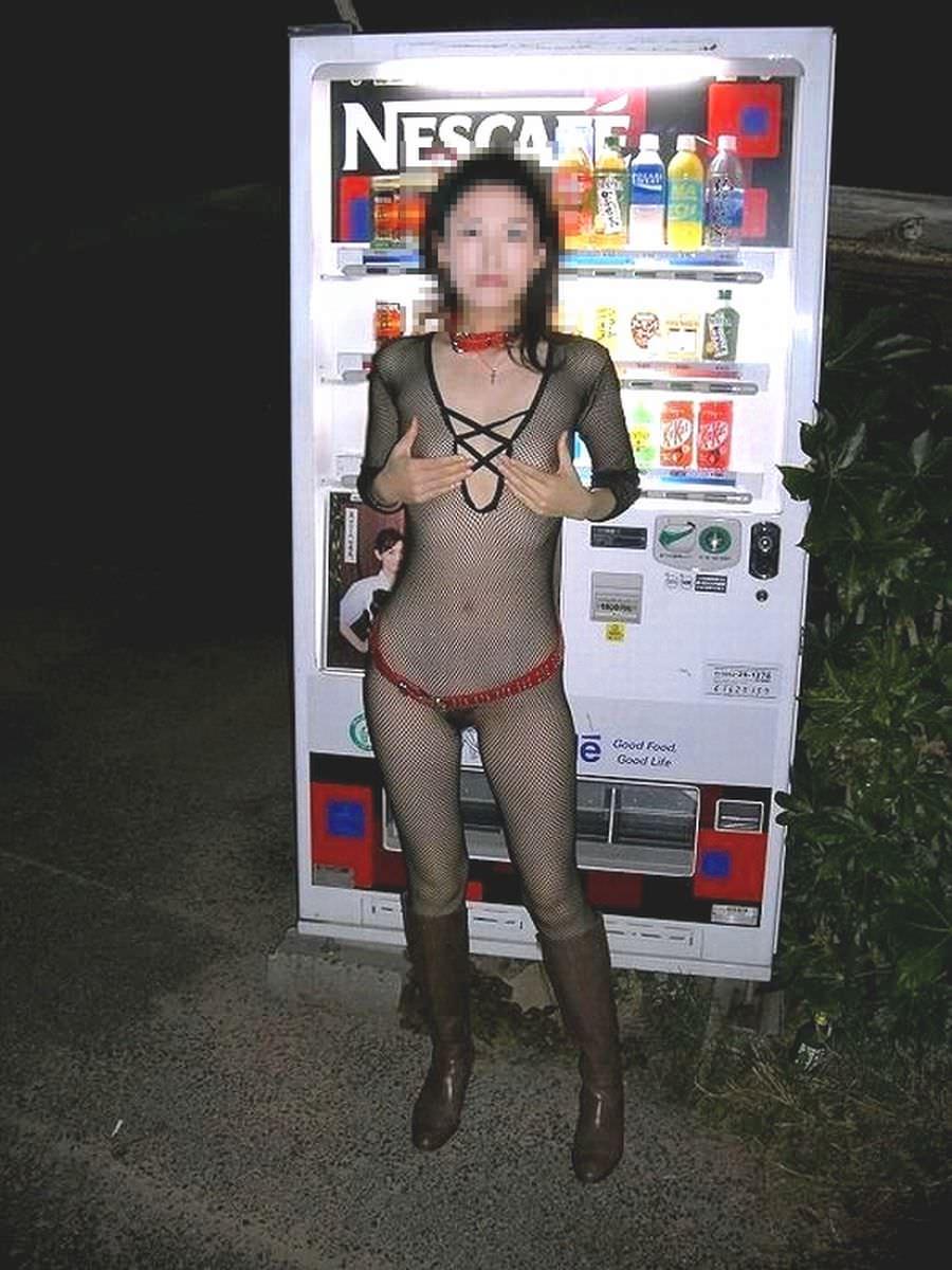 夜の虫のように自販機に集まる露出狂女のエロ画像 716