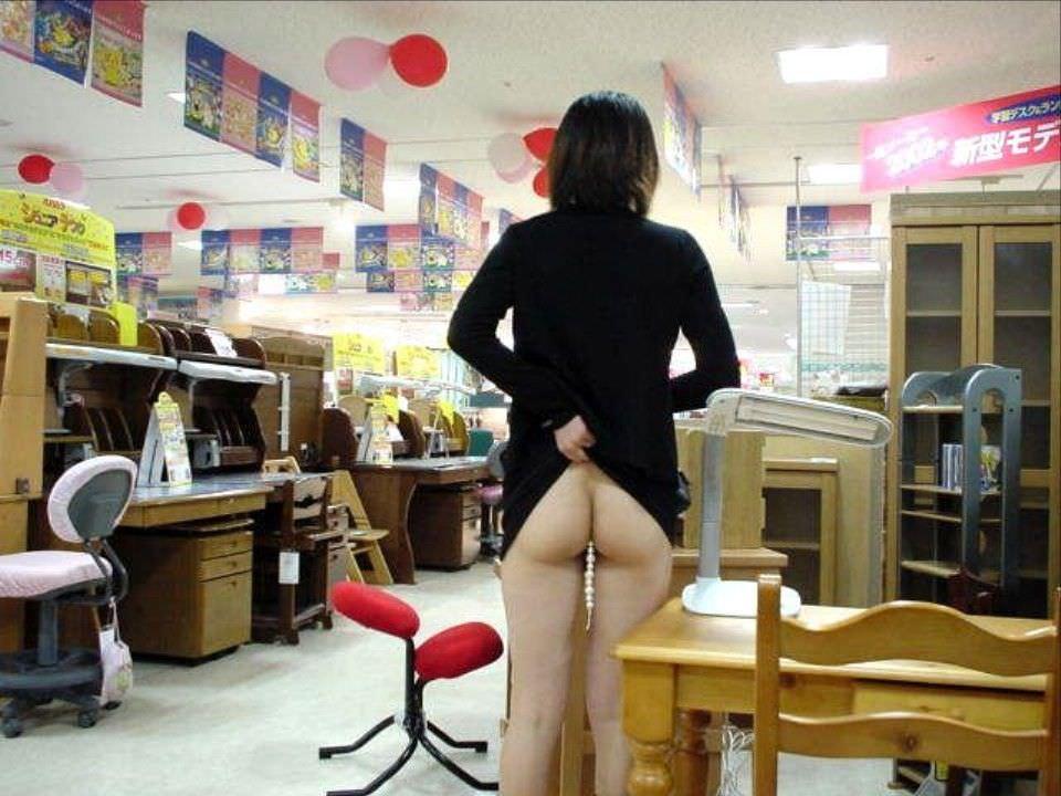 通報されるリスクを背負っても辞められないスーパーで露出する変態素人女のエロ画像 737