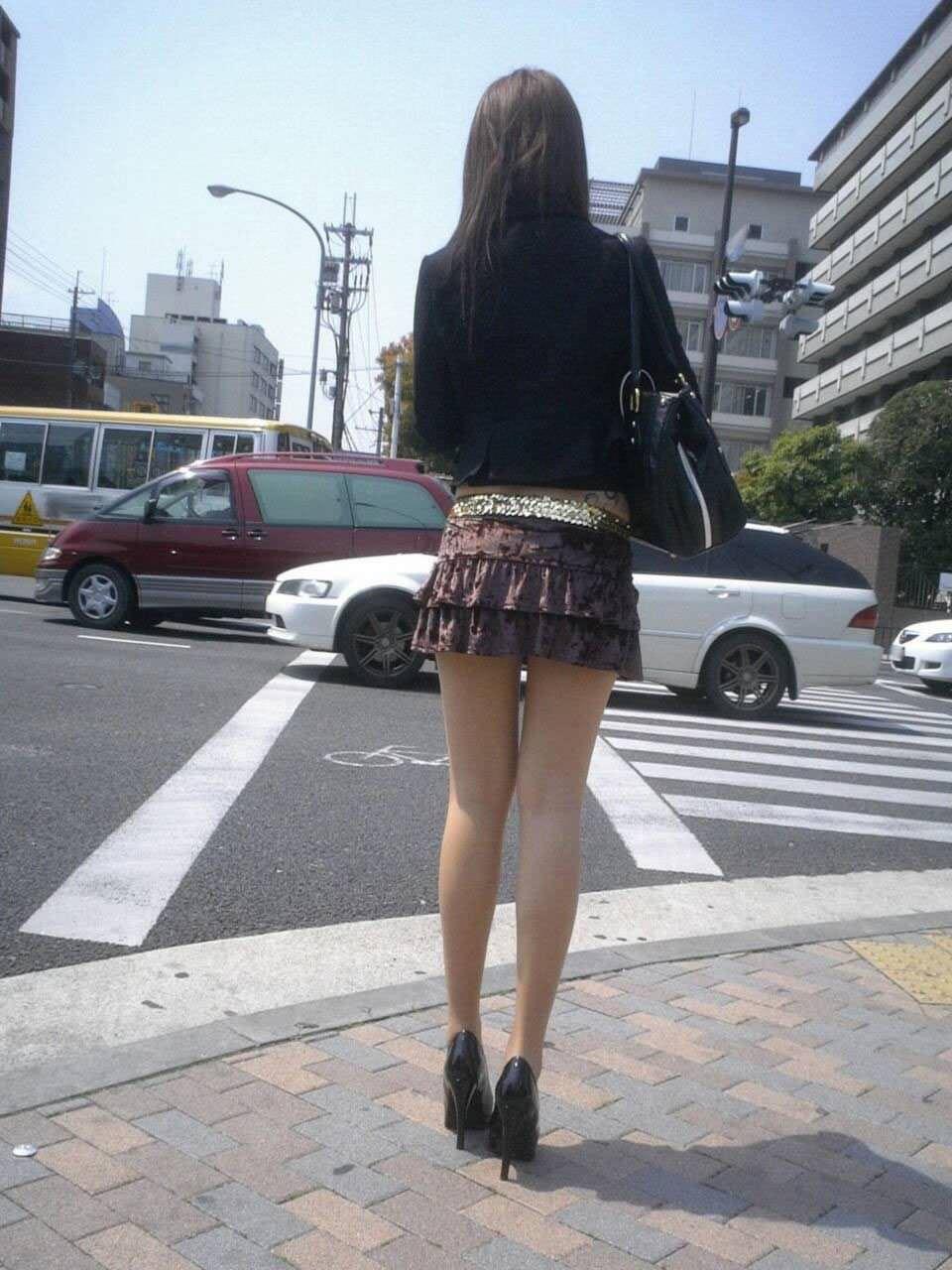 挟んで抜いてもらいたい街撮りした素人娘の生足エロ画像 741