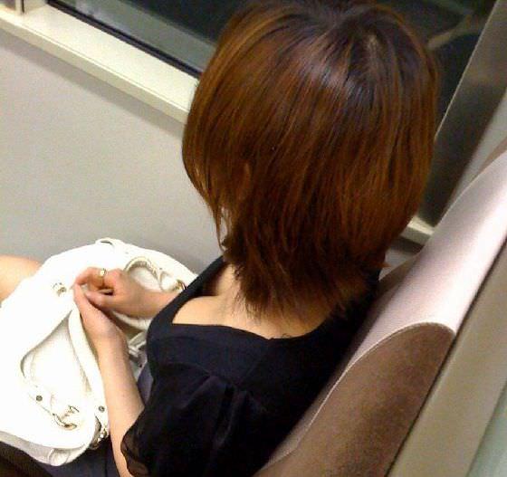 電車内で素人の胸チラとかマジ興奮するでwwwwこっそり隠し撮りたまらん!!エロ画像 752