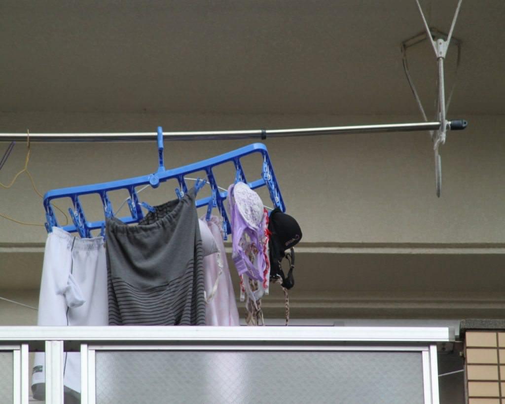 若い素人妻が暮らすベランダに干された洗濯物のブラやパンティーの下着エロ画像 754