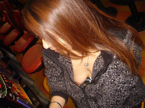 素人の乳首見えちゃってる胸チラのエロさは異常wwwwwエロ画像 775