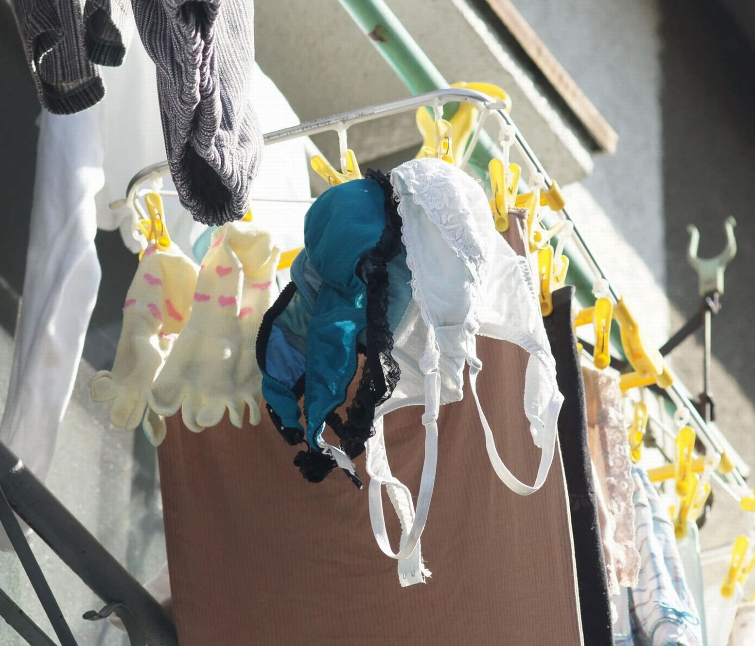 若い素人妻が暮らすベランダに干された洗濯物のブラやパンティーの下着エロ画像 854