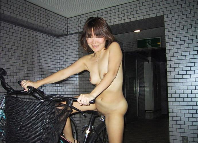 全裸で自転車漕いでるwwww爽快感を味う素人の露出狂女のエロ画像 864