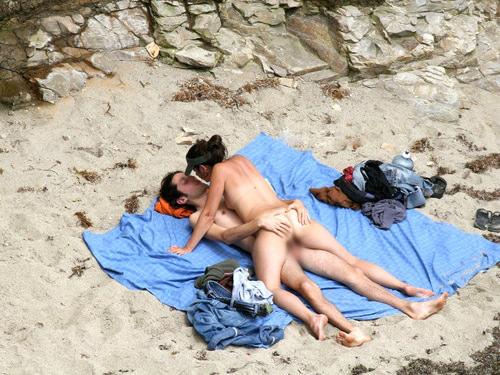 周りの目とか関係なくビーチで青姦野外セックスしちゃってる外人達の素人エロ画像 9100