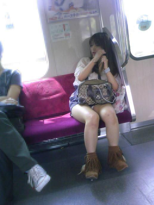 電車内で秘密のトライアングルに捉えた素人のいやらしいパンチラエロ画像 9118
