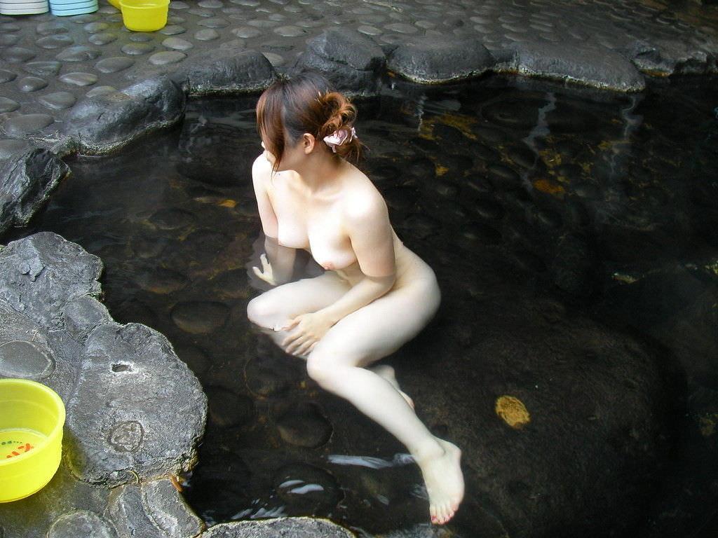 友達と来た温泉で悪ノリ記念撮影しちゃってる素人娘の露出エロ画像 932