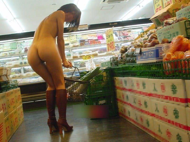 通報されるリスクを背負っても辞められないスーパーで露出する変態素人女のエロ画像 937