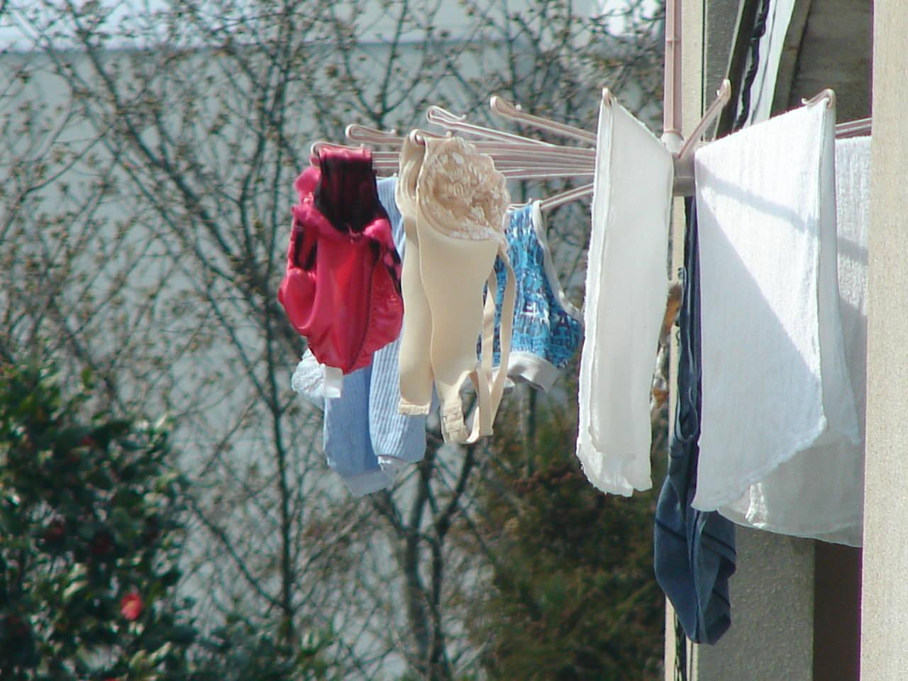若い素人妻が暮らすベランダに干された洗濯物のブラやパンティーの下着エロ画像 954